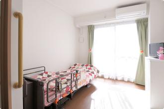 居室は完全個室となっております。生活に必要な備品も揃っており、安全で暮らしやすい住環境を皆様に提供しております。