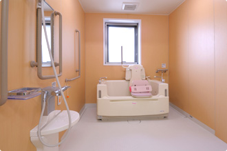 清潔な介護設備を完備した広い介護浴室では、快適な入浴のひとときをどなたもお過ごし頂けます。リラックスできる時間をお過ごし下さい。