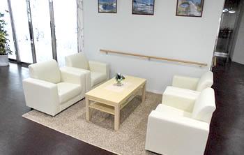 1階ホールには応接・テーブルを設置。心地よくリラックスいただけるスペースとして利用していただけます。