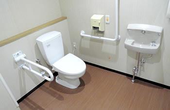 介護用トイレですので、介助が必要な場合もスムーズに移動していただくことが可能です。