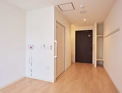 洗面やエアコンを完備した、広々とした個室での生活となります。家具も好きなものをお持ち込み可能です。