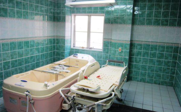 一般浴室(大・小)、中間浴室(車いす用)からストレッチャーまでの入浴施設を整えています。