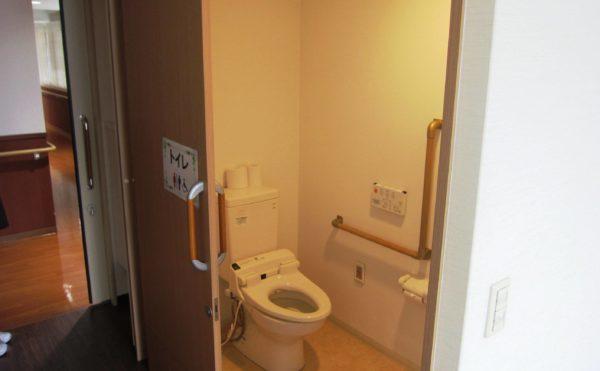 各居室にはトイレを設置しています。扉は幅広タイプの引き戸ですので、車いすの方でも安心です。