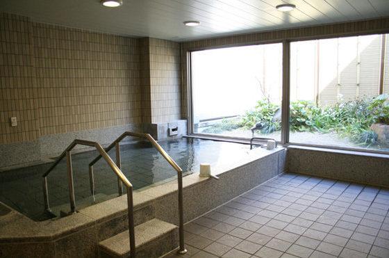 手足をゆっくり伸ばして入れる大浴場です。窓からは坪庭が見えます。浴室・脱衣室には手すり、緊急コールを設置しております。