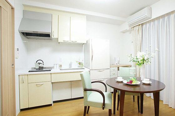 一般居室のキッチンにはIHクッキングヒーター・昇降式上部吊戸棚を設置。 毎日のお食事は自炊していただくことも可能です。