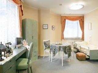 必要な家具の揃った居室。車椅子でも楽々通れる広々としたお部屋もあります。