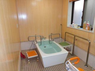 お一人ずつゆったりとバスタイムを楽しんでいただける個浴室を完備。他に機械浴室もございます。