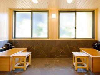 ヒノキ風呂をご用意しており、木々の安らぐ香りが水と共に浴室を包み込んでくれます。