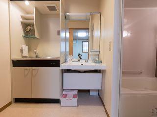 浴室の隣のスペースには洗面台とミニキッチンが設置されています。ミニキッチンには棚や収納が付いています。