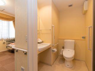 居室には温水洗浄便座があり、設置された手すりを使って安全に便座への移動ができるようになっています。洗面台がついており、トイレ後の手洗いがすぐにでき便利です。