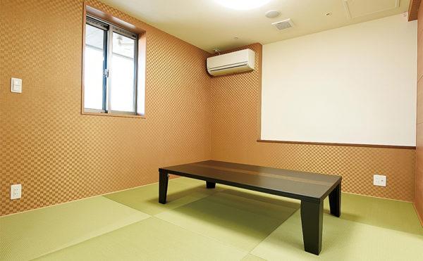 談話など、多目的に使用できるお部屋です。